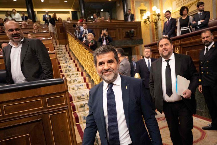 De gedetineerde Catalaanse politici Jordi Sànchez (centraal) en  Oriol Junqueras (achter hem) arriveren in het Spaanse Lagerhuis.