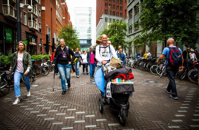 DEN HAAG - Patrick Damhuis, op de Turfmarkt, en 18 andere mannen vragen bij Raad vd Kinderbescherming aandacht voor 'ouderverstoting'.