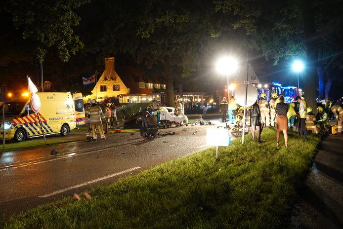 Hulpdiensten in actie op de plek van het ongeval in Renswoude.