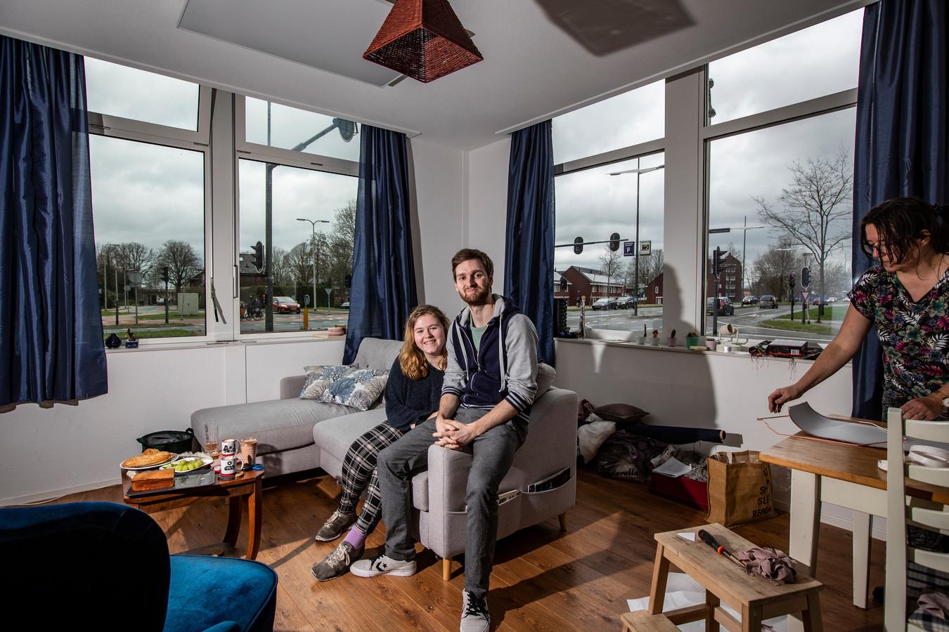 Ze wonen pal aan ded rukke  kruising Snipperlingsdijk/Veenweg, maar toch is het best rustig in het voormalige bankierspand. Ook dat pand is tot appartementen omgebouwd in de strijd tegen de woningschaarste in Deventer. ,,Het is goed geïsoleerd, centraal gelegen, we zijn blij dat we met wat geluk woonruimte in Deventer hebben gevonden'', zeggen Doron en Dorris.