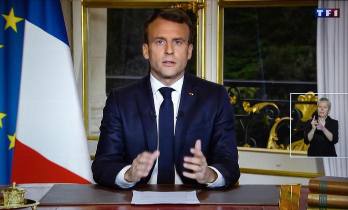 De Franse president Emmanuel Macron tijdens zijn televisietoespraak.