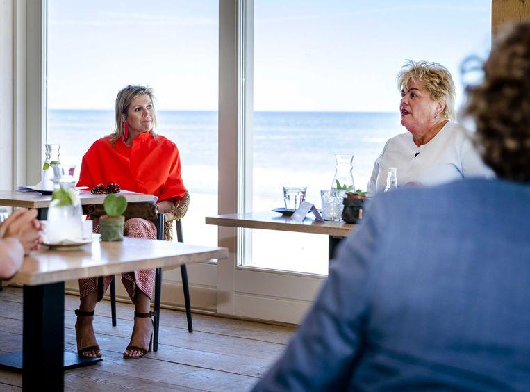Koningin Maxima bezocht donderdag strandpaviljoen Vijftien op Texel en sprak daar over toerisme en seizoensgebonden horeca. Rechts burgemeester Inke van gent van Schiermonnikoog, voorzitter van het samenwerkingsverband De Wadden. Beeld ANP
