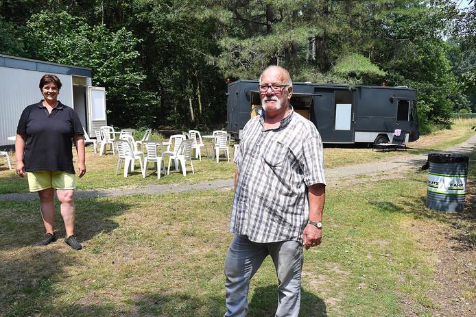 SHarrie Hendriks is met zijn dochter Anne terug op de plek waar ze jaren geleden ook succesvol friet en versnaperingen verkochten.
