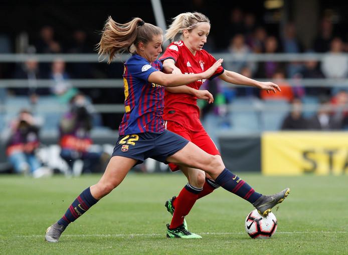 Lieke Martens van Barcelona in duel met Kathrin-Julia Hendrich.