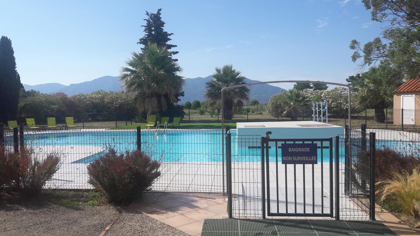 Het zwembad achter het hotel