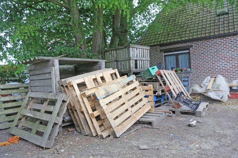 Met deze houten paletten verwarmend de broers hun huisje.