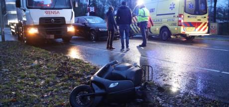 Scooterrijder gewond naar het ziekenhuis na botsing met auto in Oss