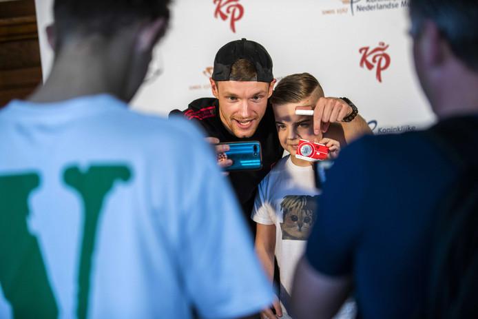 Enzo Knol maakt een selfie met een jonge fan.