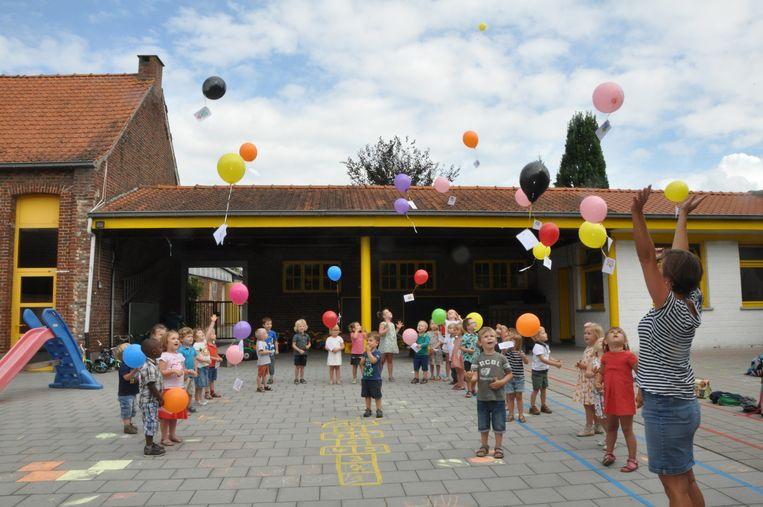 De kleuters lieten aan het einde van de schooldag hun wensen op aan kleurrijke ballonnen.