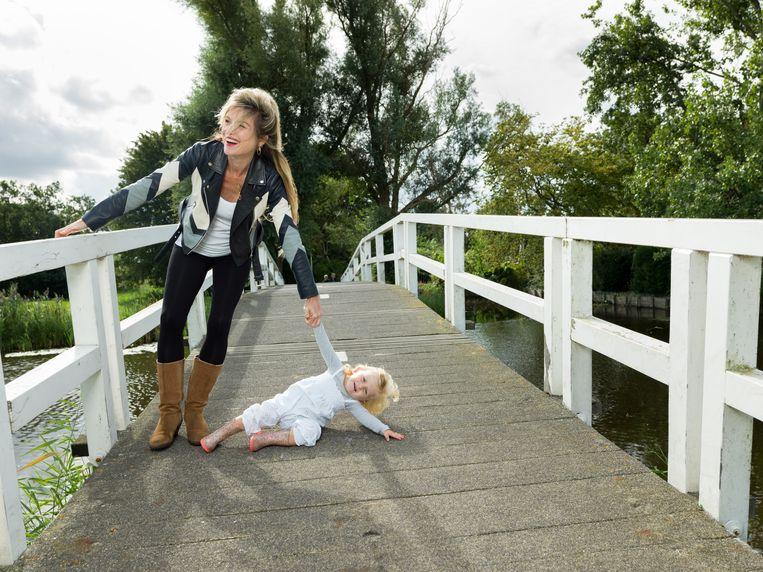 Lauren Verster met haar dochter in Amsterdam-Noord.  Beeld Ivo van der Bent