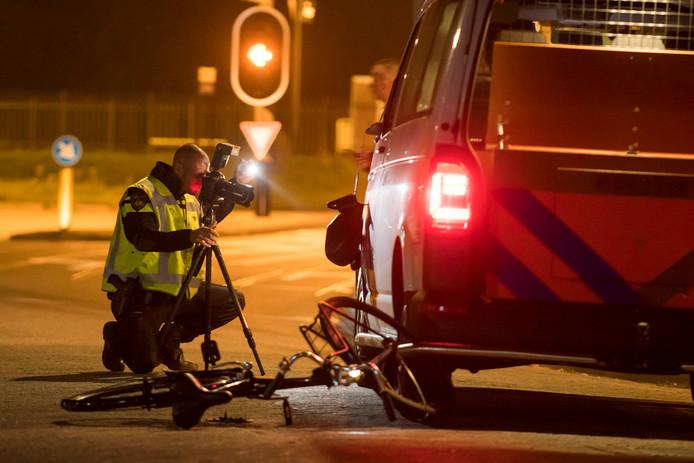 Een agent doet onderzoek na het ongeluk.