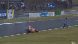 Spectaculaire crash ontsiert vrije oefenritten Moto2 in Japan, motor vat vuur