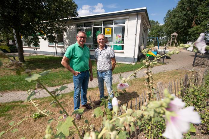 Voorzitter Ad Lagas van PB Vinkenbuurt en Rob Oude Nijhuis (rechts) van de werkgroep centrumvisie voor de oude basisschool, die een jaar geleden voorgoed de deuren sloot.