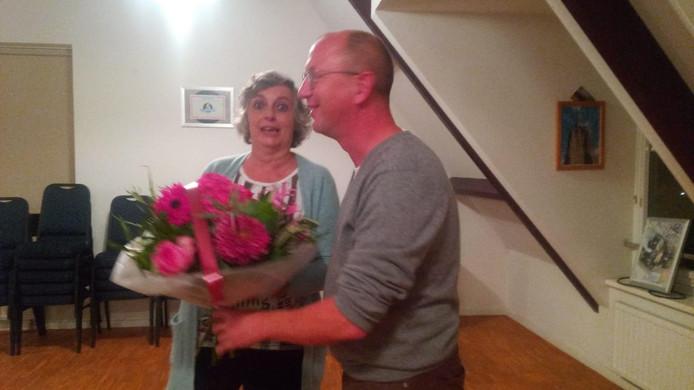De schimmige foto die uit de ledenvergadering van PrO werd 'gelekt': Marjan Bastiaan ontvangt bloemen van PrO-fractievoorzitter Jean Coumans.