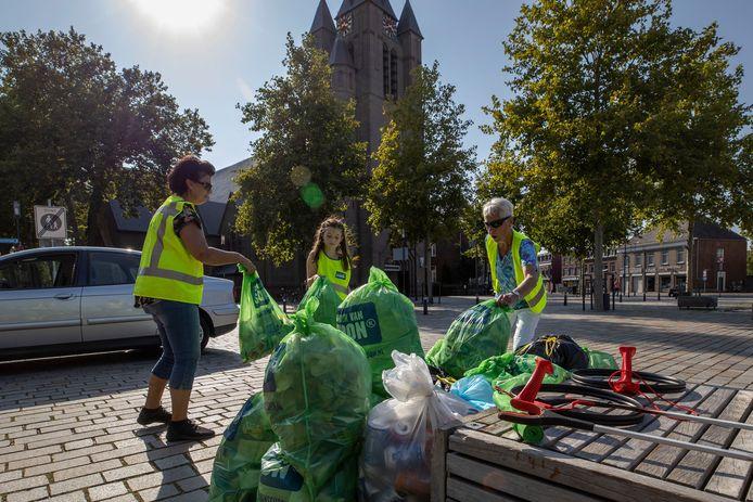 World Cleanup Day in Valkenswaard.  Edith Burghard (links), Ruby Fransen (m) en Tonny Marcelis (r) zijn druk bezig met de afvalzakken.