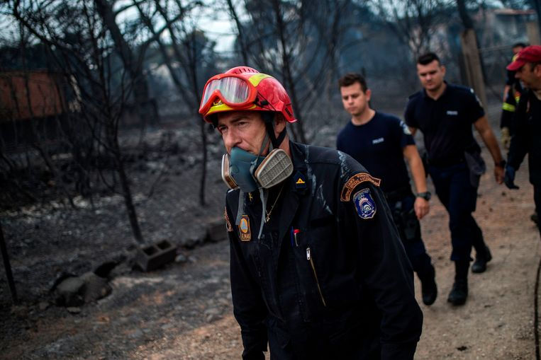 Reddingswerkers arriveren in het getroffen gebied in Mati, vlakbij Athena. Beeld AFP