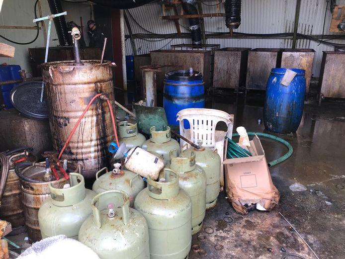 In Zaltbommel vond de politie bij de inval een groot drugslab.