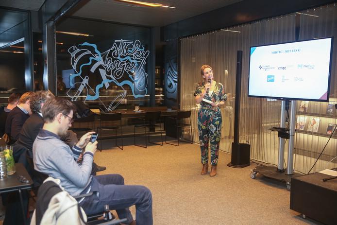 Schepen van Economie Sofie Bracke (Open Vld) geeft tekst en uitleg bij het nieuwe 'BlueHealth Innovation Center'.
