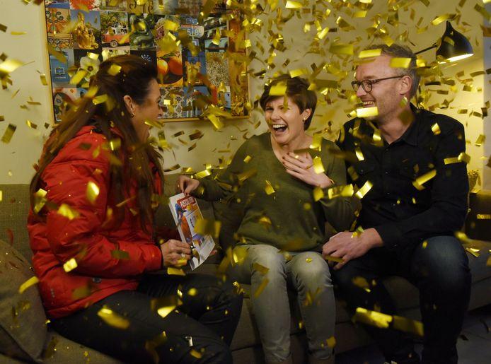 Krista uit Nijmegen wordt verrast door Postcode Loterij-ambassadeur Quinty Trustfull met een cheque van 1 miljoen euro.
