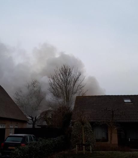 Asbest bij uitslaande brand in woonwijk Genderen, nablussen duurt nog uren