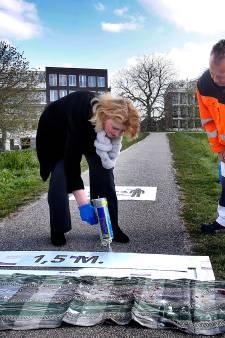 Burgemeester spuit waarschuwingsgraffiti op de Gorcumse stadswal