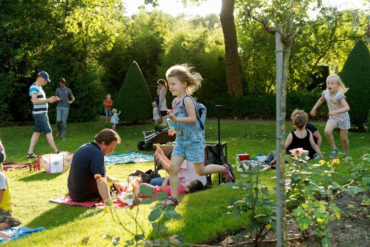 Kinderen kunnen tijdens de Artis ZOOmeravonden workshops volgen en naar muzikale optredens kijken, maar ook gewoon lekker rondrennen en hun gang gaan. Beeld Bas Losekoot