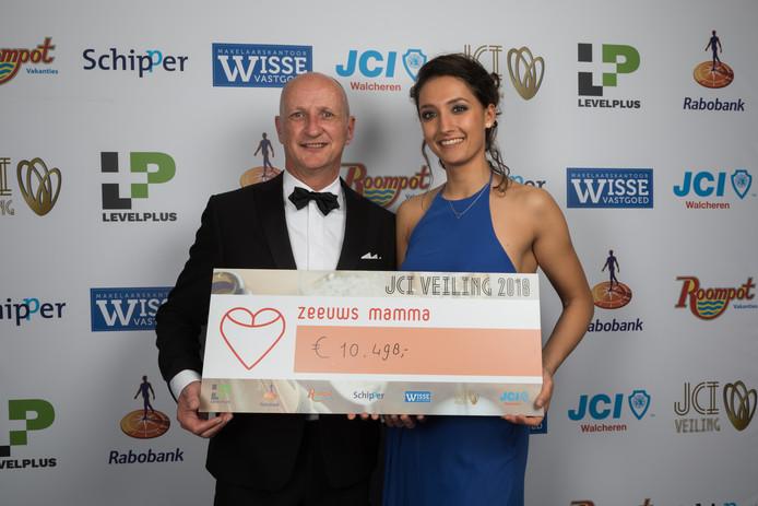 Bo Zweedijk van Stichting Zeeuws Mamma neemt een cheque in ontvangst uit handen van burgemeester Rob van der Zwaag van Veere.