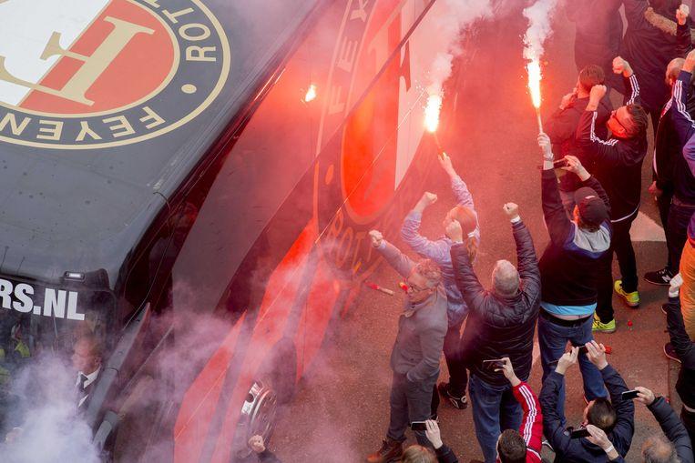 Fans begroeten de Feyenoord-spelers bij Woudestein, vlak voor de wedstrijd tegen Excelsior. Beeld EPA