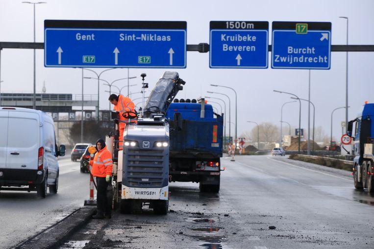 Een aannemer is momenteel volop bezig met noodherstellingen aan twee rijstroken op de E17 in Zwijndrecht.