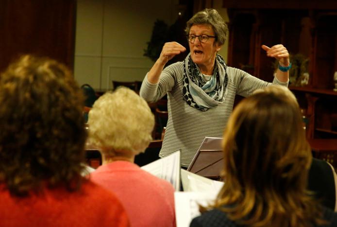 Dirigente Anne-Marie Jansen tijdens de generale repetitie van koor VolLuid!