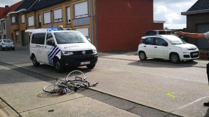 Fietser zit vast met hoofd onder auto: omstaanders tillen wagen op