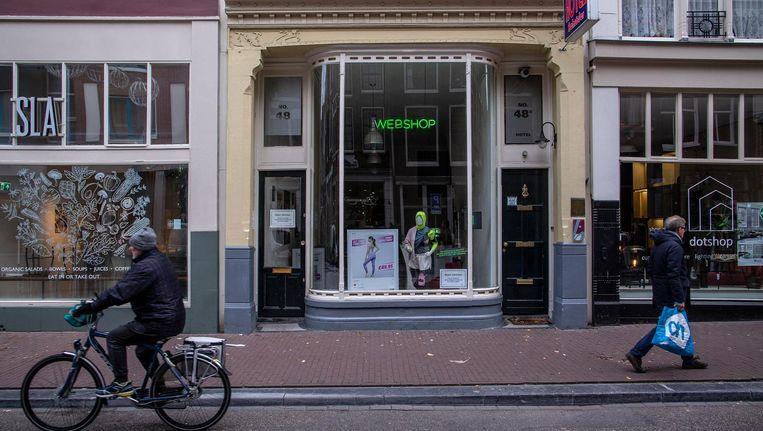 Is het een webshop of een nepshop? Op de Haarlemmerdijkworden bezoekers gewaarschuwd geen kat in de zak te kopen Beeld Rink Hof