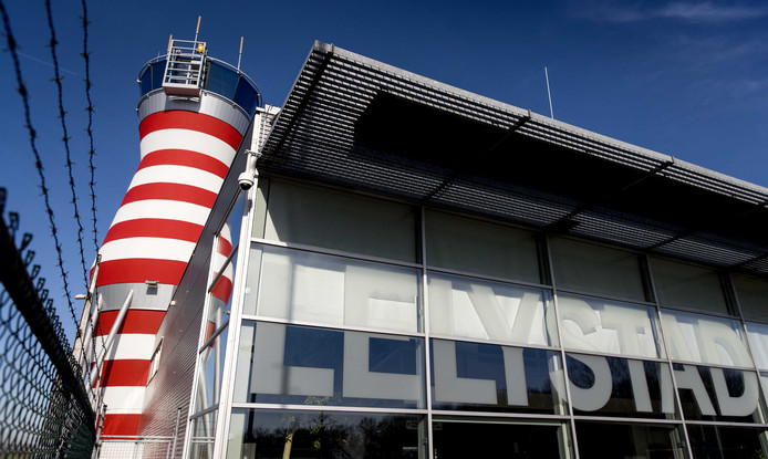 De verkeerstoren van Lelystad Airport. Het vliegveld wordt uitgebreid om plaats te bieden aan vluchten naar populaire vakantiegebieden.