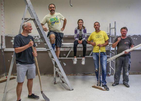 De vrijwilligers zorgen er samen voor dat de klaslokalen op de eerste verdieping van het Sint-Niklaasinstituut eind volgende week klaar zijn.