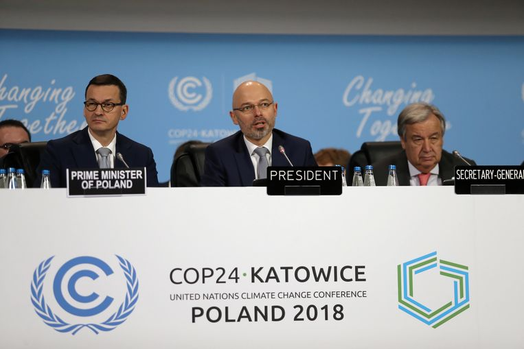 De Poolse premier Mateusz Morawiecki, COP24-voorzitter Michal Kurtyka en de secretaris-generaal van de VN Antonio Guterres tijdens de klimaattop in Katowice.  Beeld EPA
