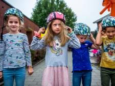 Uitdeelactie en verkeersles op basisschool in Zevenhuizen: 'coole' gratis fietshelmen voor scholieren