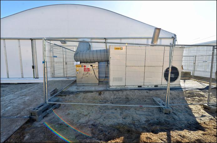 Op de foto een verwarmingsinstallatie die een tent verwarmt. De installatie wordt gestookt met olie.