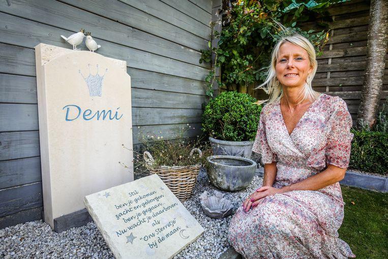 Sofie Landuyt bij het grafzerkje van haar dochtertje Demi.