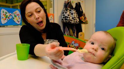 Schepen Van Tendeloo helpt mee in kinderdagverblijf