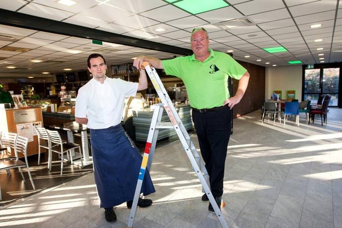 Paul van Gurp (rechts) en zoon Mark in de aanbouw van het fastservicerestaurant aan de Holterweg.