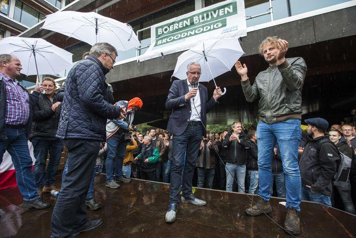 Demonstrerende boeren juichen bij het provinciehuis van Overijssel als de verantwoordelijke gedeputeerde Gert Harm ten Bolscher van Landbouw (L) bekend maakt de stikstofregels in te trekken.