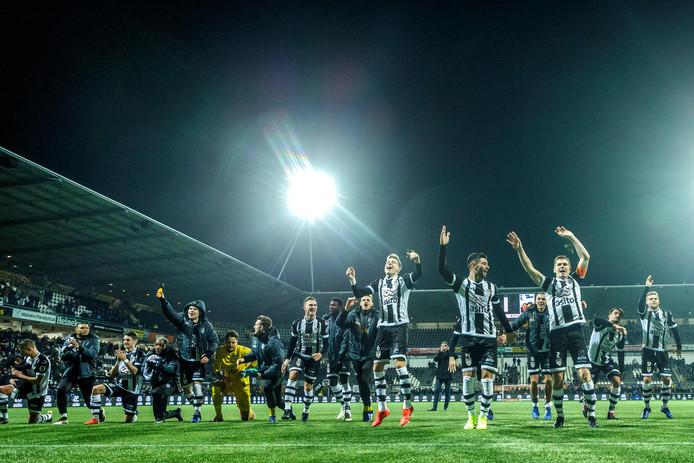De spelers van Heracles vieren feest na de overwinning op Ajax.