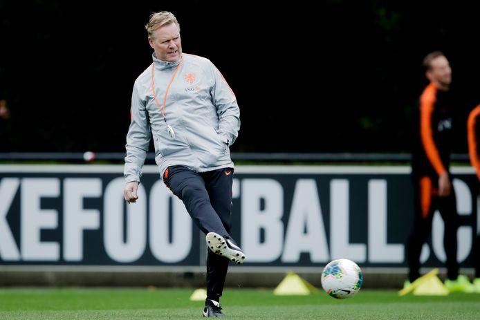Ronald Koeman trapt een balletje op de training van Oranje.