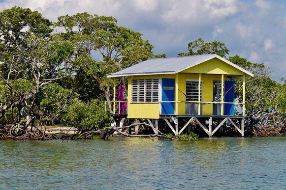 Op het 550 vierkante meter tellende eiland staan vier felgekleurde cabanas, die in 2014 zijn gebouwd en elk een eigen slaapkamer, badkamer, een keuken en een eethoek hebben.