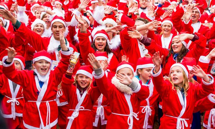 Deelnemers aan de Santa Run staan klaar voor de start.
