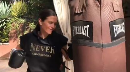 Astrid Coppens deelt meppen uit in 'Boxing Stars'