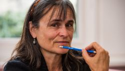 """Kristien Hemmerechts voelt zich bedot nadat ze treinticket voor asielzoeker kocht: """"Het was zijn truc om cash geld te krijgen"""""""