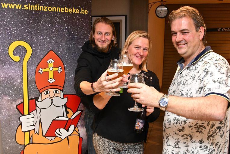 Het nieuw Sint-Maartensbier met vlnr brouwer Bram Vandewalle, uitbaatster Nele Vanlerberghe en Benny Chaerle van het Sint-Maartencomité