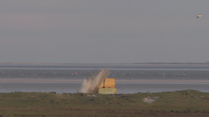 F16's oefenen met zandbommen op Vlieland door slecht weer.