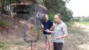 Bij de bunker geeft kunstenaar Bart Somers uitleg aan Joep Horevoorts. Te zien is een deel van de vliegtuigromp.